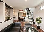 2階へは必ずリビングを通る動線で家族のコミュニケーションが自然とはずみます。階段からのやさしい光が安らぎの空間を演出します。