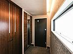 玄関周りに収納スペースが多く、靴や傘、スポーツ用品などをすっきりと片づけられます。