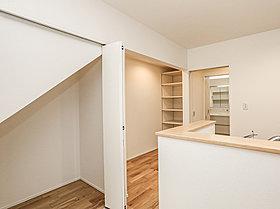 階段下には大型の収納を完備。掃除機などの生活必需品の収納に最