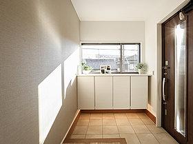 家族やお客様を気持ちよく迎える、明るい玄関。