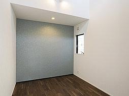 高天井により、子ども部屋にぴったりの開放的で明るい洋室。