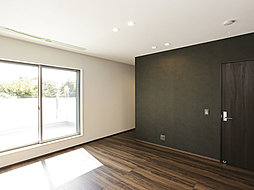 落ち着いた室内空間の主寝室。大容量の収納を設けました。(1号棟)