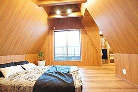 広々とした主寝室には、木の素材のやさしさがたっぷり。