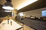 大きな6.3mのキッチンと、3mのダイニングテーブル! あえて壁付けにすることで、大きなスペースを取る事もできます。
