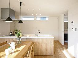 ゆったりと設計されたキッチンスペースにはパントリーとしてもご利用いただける可動棚付き