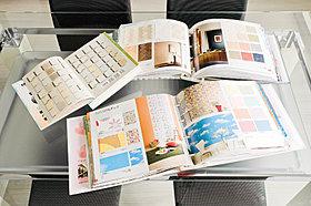 壁・クロスは1冊丸ごとの見本から好みの模様・種類が選べます