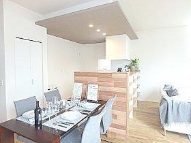 ハイオープンキッチンの横にはダイニングスペースをプラン。