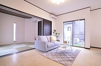 10月21日・22日、現地案内会開催!贅沢な空間を採用したリビング。ワイドな和室の間口を開放してのびのびした空間に。(当社施工例)