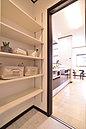 可動式の棚を採用したサニタリー。使い勝手いがよく収納性も抜群です。(当社施工例)