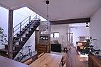 玄関土間・スケルトン階段・LDKが一体化されたモダンな空間。(20号地)
