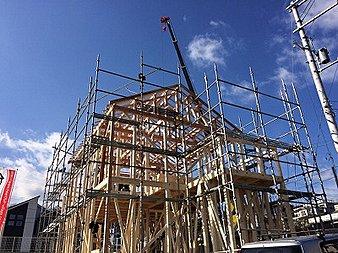 木材を骨組みとする構造。間取りや外観に自由が利き増改築も容易です。