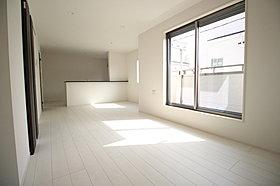 明るく開放感溢れるリビング♪人気の対面式キッチン採用!
