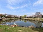 西城沼公園から徒歩2分。アスレチックコーナーや池などがあり、とても広い公園になっております。春には桜が咲き、お花見ができます。
