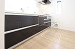 【キッチン】奥様に人気の対面キッチンをはじめ、食洗器や浄水器など、充実した設備・仕様が魅力的です。