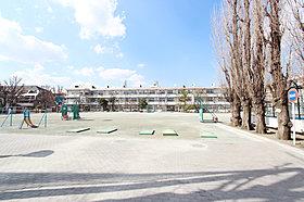 【周辺環境】三園小学校 徒歩9分(約700m)