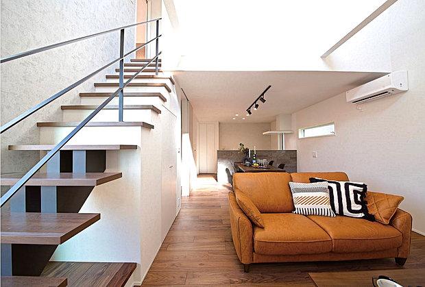 【【良野モデルハウス】】2階の階段隣には、収納棚が椅子の役割を果たす開放的な空間を配置。大きな窓の横でお子様と絵本を読んだり、ゆったりとカフェタイムを過ごしたり!使い方は様々。