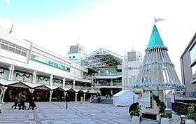北大阪急行で梅田まで20分の千里中央駅。阪急百貨店等が揃う。