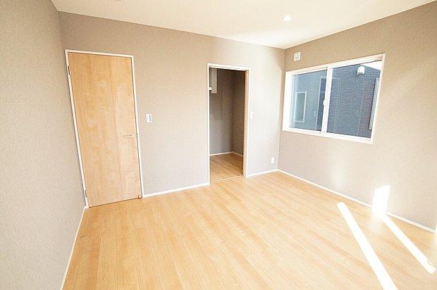 【主寝室】■ゆったりとした広さを確保した癒しの主寝室。広々ウォークインクローゼット設置で、収納力も十分。快適な新生活が送れます。