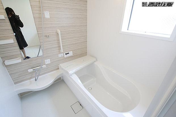 【バスルーム】あたたかみのあるお色が素敵なバスルームです。