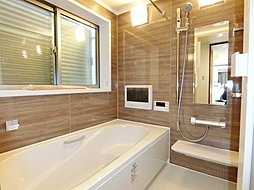 窓の付いた明るく換気の取れる清潔感のある浴室