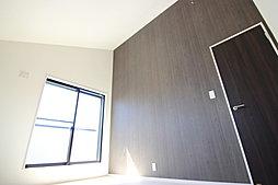開放感ある勾配天井採用の主寝室