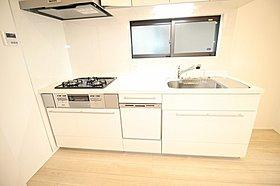 食洗機完備の吊戸付システムキッチン!