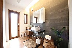 上質な洗面空間がゆとりの時間を演出します
