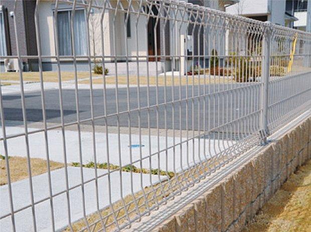 【【2号棟】その他画像】【緑化駐車場】駐車スペースは、コンクリートと緑が交互に配置されたデザインを施し、車を停めていない時にも美観を保ちます。