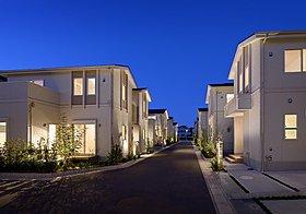質感のある外壁とライトアップされた外構が高級感を演出