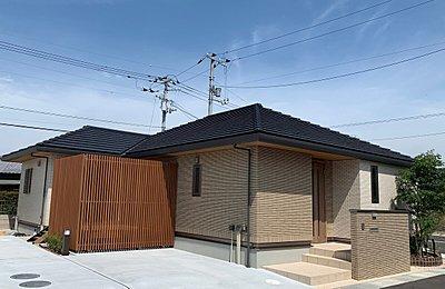 寄棟屋根ならではの水平ラインとタイル外壁の落ち着いた佇まい。 光と風を通しながらも外からの視線をさえぎる縦格子は、住まいにアクセントを与えます。,3LDK,面積97.06m2,価格4229万円,高松琴平電気鉄道琴平線「太田」駅 徒歩23分,ことでんバス 香川大学創造工学部前まで徒歩4分,香川県高松市林町字宮西93-8