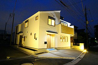 1号棟 外観:第一種低層住居専用地域の良好な住環境が保たれたエリア。低層の一戸建てを中心とした街並みが整然と続き、周辺は高い建物が建っていないので、採光や開放性に恵まれ、空が広く緑が豊富
