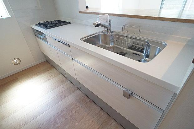 【システムキッチン(同仕様施工例)】シンクは大きな鍋も洗いやすく、加熱機器は3口コンロ無水片面グリルを使用しています。