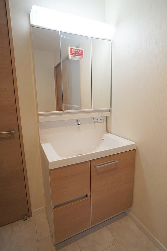 【洗面ドレッサー(同仕様施工例)】ハンドシャワー付き三面鏡化粧台を使用しています。