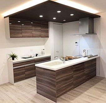 飾り天井が品の良さを演出するキッチンは、調理スペースもたっぷり確保。食洗機など憧れの設備も完備しています。洗面所への動線や勝手口など家事のしやすさも魅力です。(同シリーズ内観イメージ)