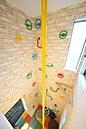 当社施工例:雨の日でもお家の中で遊べるボルダリングを設置♪安心して遊べますね☆