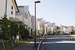 湘南佐島のまちなみ。美しい邸宅が建ち並ぶ(平成29年10月撮影)。