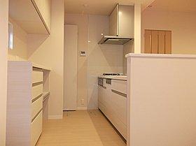 リビングの隣には和室。家族のくつろぎのスペースが広がります。