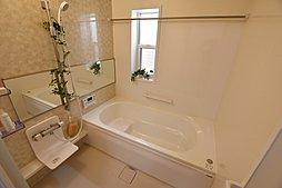 3号地:清潔感のある色合いの浴室は、ご家族の1日の疲れを癒してくれます。