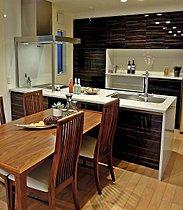 重厚感のあるキッチンセット。LDKを上質な空間に演出します。