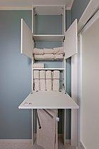 タオル類は、棚の置くから取りだし、開けた棚は、カウンターに