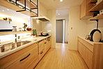 リビング全体が見渡せるように配置したキッチン(現地モデル内観)。便利な家事導線もぜひ体験下さい。