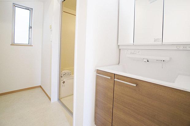 【シャワー付き洗面台】収納スペースも充分。外観の美しさと機能性を兼ね備えた3面鏡洗面台です。