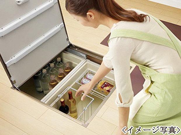 【床下収納】広々としたキッチンには便利な床下収納庫を採用。キッチン周りをスッキリお使いいただけます。