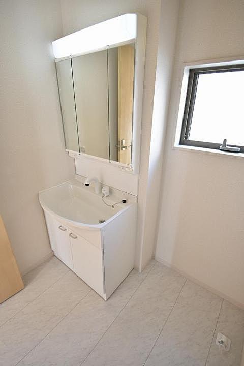 【洗面室】開けると大容量の収納、閉めると3面鏡で見た目もすっきり