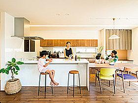 対面キッチンにすると家事をしながら家族との会話も楽しく!