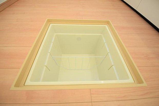 【設備】キッチンには便利な床下収納。食品や保存食などたっぷり入りそうです