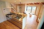 ウッドデッキを眺め季節を感じながら調理していただけるオープンスタイルのキッチンです。毎日のお料理に想像力が膨らみそうです♪