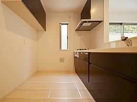 ショコラブラウンのカラーが清潔感と気品を醸す対面キッチン。