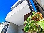 穏やかな風と陽光を導き、プライバシーに配慮された設計プランを採用し、居住性を一段と心地よいものにしています。