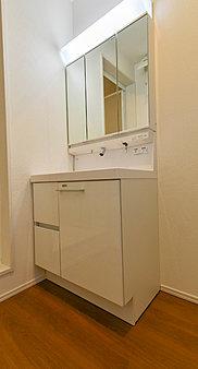 三面鏡裏収納には化粧品や洗面用品類をすっきり整理できます